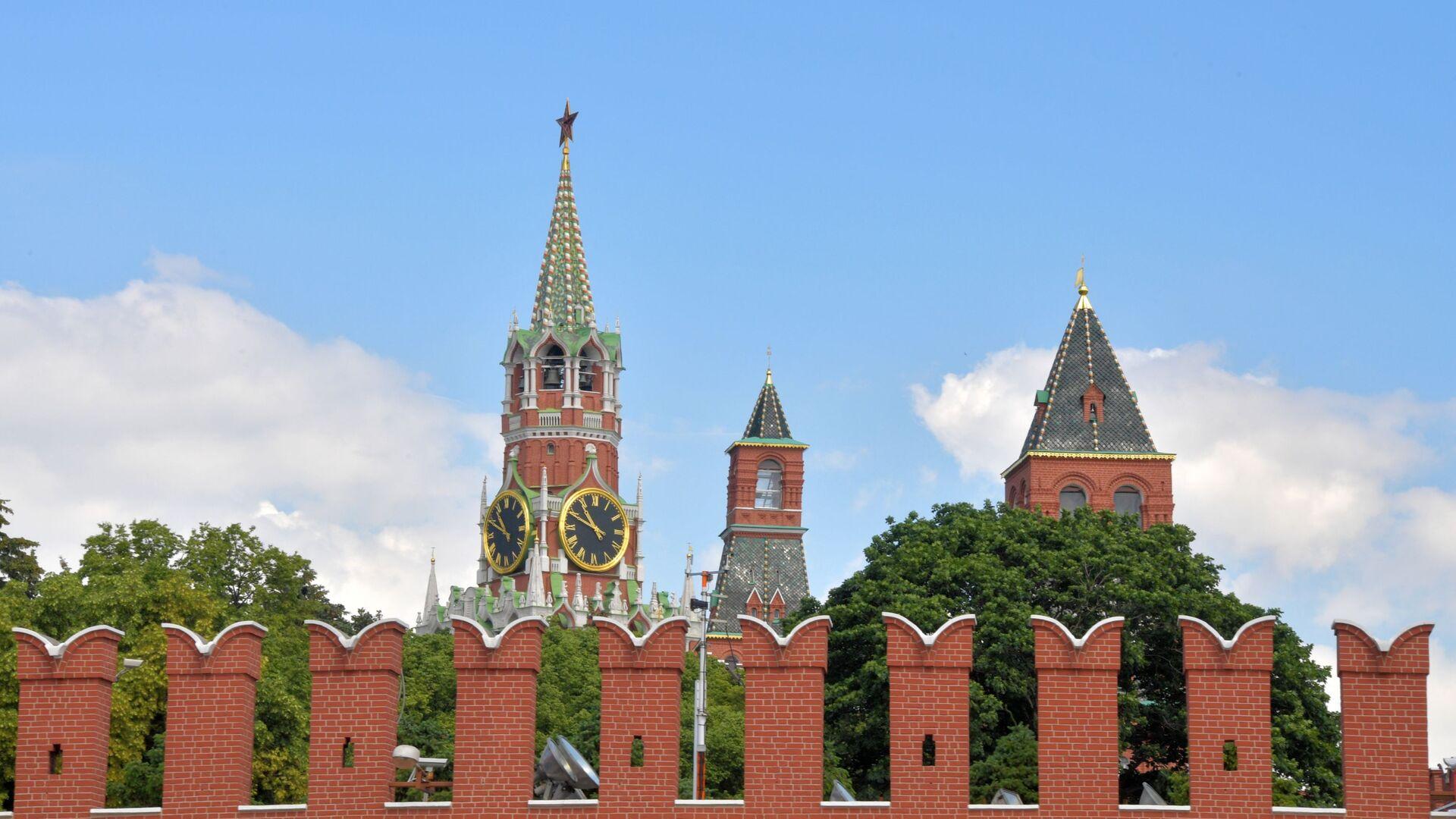 Pogled na Spasku kulu i zidine Kremlja u Moskvi - Sputnik Srbija, 1920, 23.07.2021