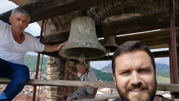 Звоно Цркве Богородице Љевишке, после 16 година од погрома, поново одјекује Призреном. - Sputnik Србија