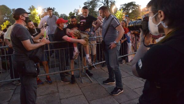 Учесник протеста прескаче заштитну ограду испред Скупштине Србије - Sputnik Србија