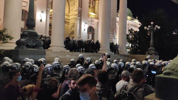 Полиција испред Скупштине Србије током протеста - Sputnik Србија