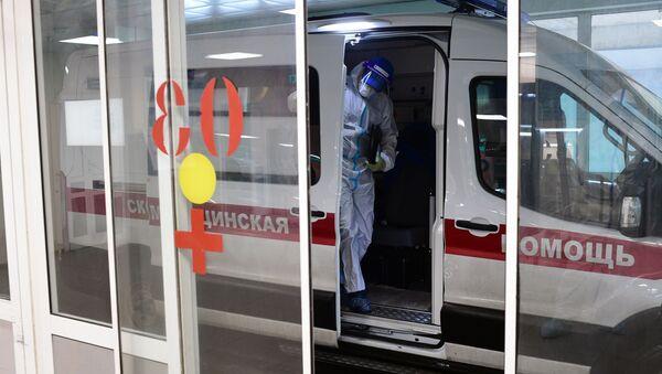 Лекар излази из возила хитне помоћи одељења за оболеле од ковида 19 у градској клиничкој болници у Москви - Sputnik Србија