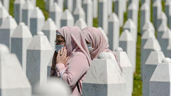 Жене се шетају између гробног камења у Поточарима, близу Сребренице, Босна, субота, 11. јули 2020.  - Sputnik Србија