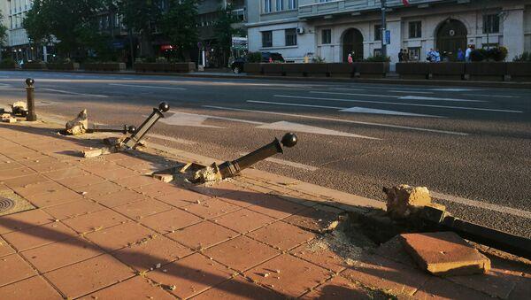 Поломљени стубићи током протеста у центру Београда - Sputnik Србија
