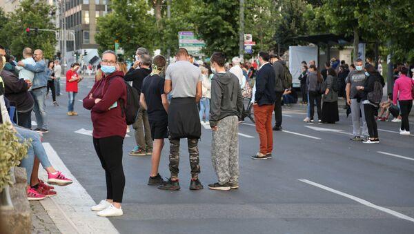 Демонстранти испред Скупштине - Sputnik Србија