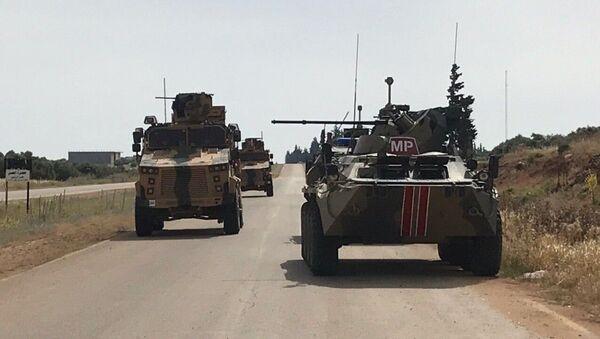 Vozila zajedničke rusko-turske patrole na auto-putu M-4 u Siriji - Sputnik Srbija