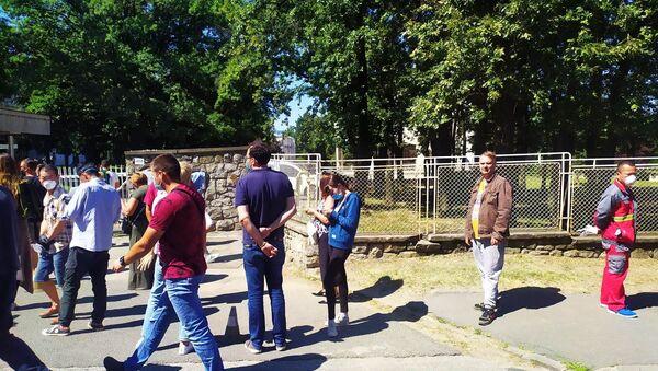 Ред за тестирање на вирус корона испред Института Торлак - Sputnik Србија