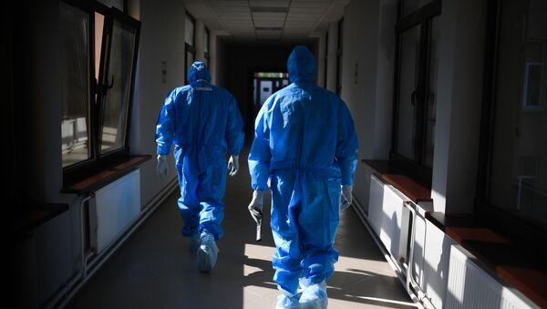 Lekari u bolnici za lečenje virusom korona - Sputnik Srbija