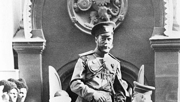 Ruski car Nikola Drugi izlazi iz kola u blizini kuće u Moskvi. Iznad ulaza je grb romanovih velikaša. - Sputnik Srbija