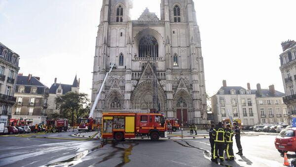 Гашење пожара у катедрали у Нанту - Sputnik Србија