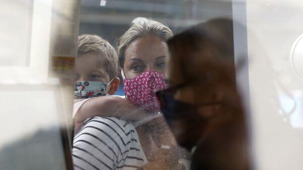 Žena sa detetom u akvarijumu u Bostonu - Sputnik Srbija