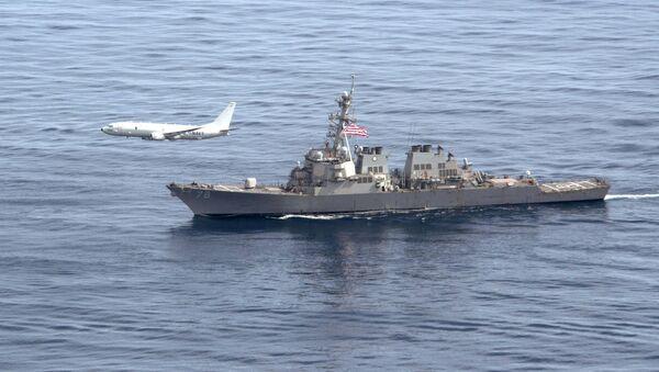 Авион П-8А Посејдон лети изнад америчког разарача Портер - Sputnik Србија