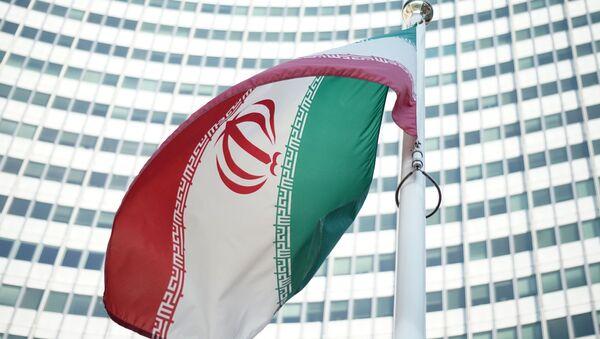 Iranska zastava ispred sedišta Međunarodne agencije za nuklearnu energiju u Beču - Sputnik Srbija