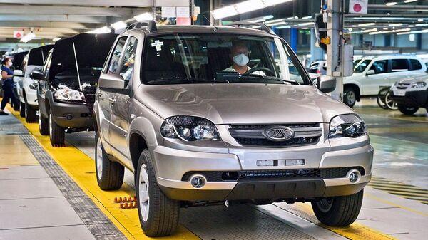 Теренски аутомобили Нива под марком Лада у производном погону у фабрици аутомобила АвтоВАЗ  - Sputnik Србија