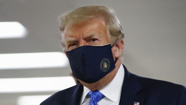 Američki predsednik Donald Tramp sa zaštitnom maskom - Sputnik Srbija