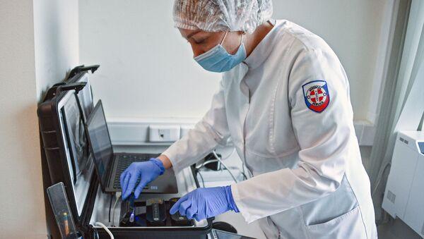 Zaposleni u medicinskoj službi aerodroma Šeremetjevo sprovodi ekspresno testiranje na kovid 19 - Sputnik Srbija