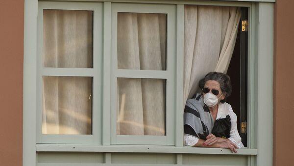 Starija žena na prozoru sa maskom - Sputnik Srbija