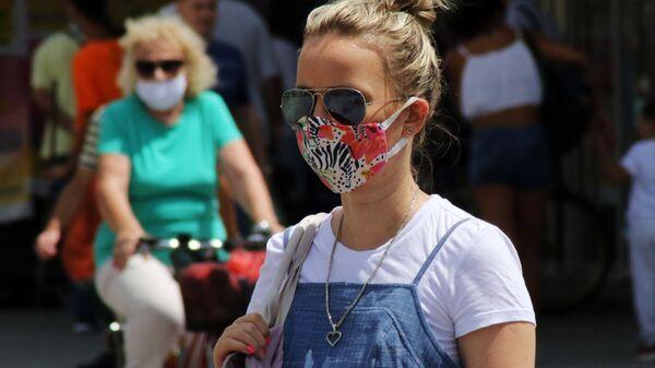 Devojka sa zaštitnom maskom u Novom Sadu - Sputnik Srbija