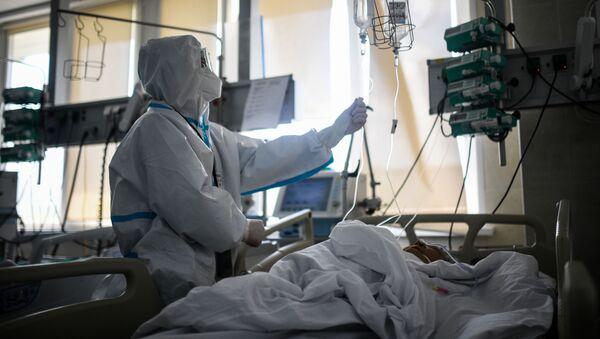 Лекар поред пацијента на одељењу интензивне неге у болници у Москви - Sputnik Србија