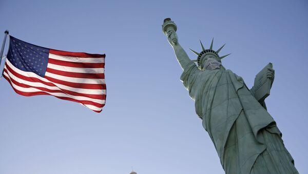Реплика Статуе Слободе са заштитном маском испред казина и хотела Њујорк, Њујорк у Лас Вегасу током пандемије вируса корона - Sputnik Србија