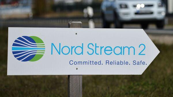 Путоказ са логом компаније Норд стрим 2 која руководи изградњом гасовода Северни ток 2 у Немачкој - Sputnik Србија
