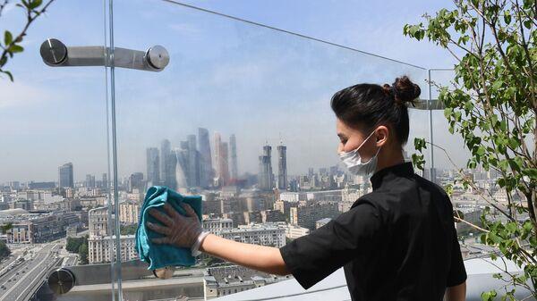 Радница брише стакло у ресторану у москви - Sputnik Србија