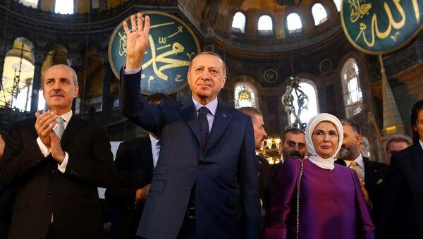 Реџеп Тајип Ердоган са супругом Ермином на првом намазу Аја Софији - Sputnik Србија