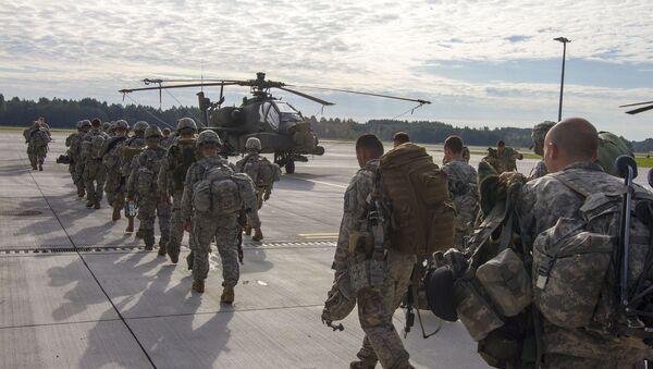 Амерички падобранци 1. батаљона 173 ваздушне бригаде укрцавају се у хеликоптере - Sputnik Србија