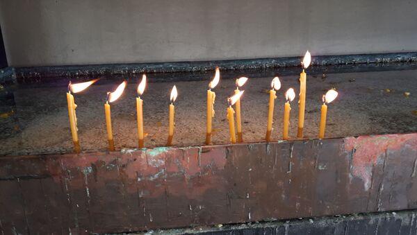 Neko pali dve, neko deset sveća. Neko velike, neko male. Svake godine isto. Koliko sveća toliko ubijenih duša....  - Sputnik Srbija