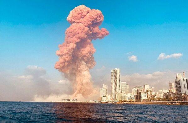 Након тога одјекнула је снажна експлозија и почео је да куља црвени дим.  - Sputnik Србија