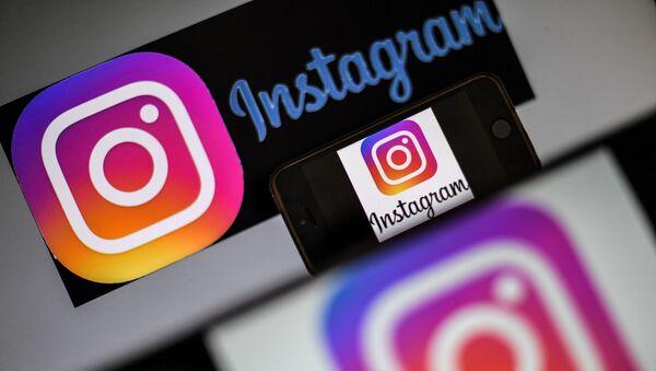 Лого друштвене мреже Инстаграм на екрану мобилног телефона - Sputnik Србија
