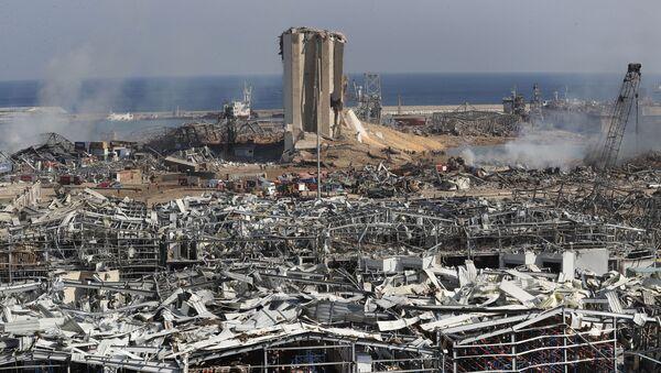 Spasioci i pripadnici obezbeđenja rade na mestu eksplozije koja je pogodila luku Bejrut u Libanu - Sputnik Srbija