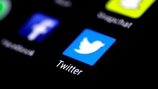 Иконица апликације Твитера на мобилном телефону - Sputnik Србија