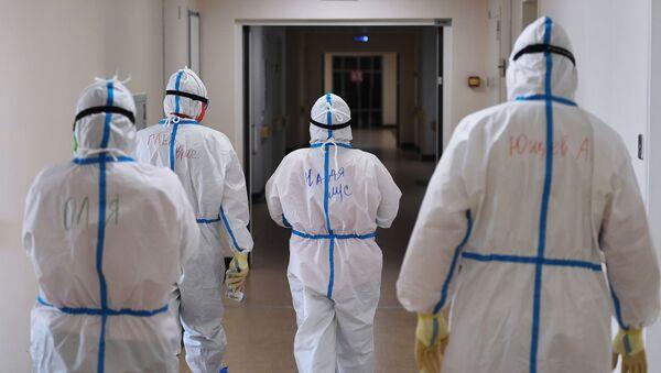 Лекари у заштитним оделима  - Sputnik Србија