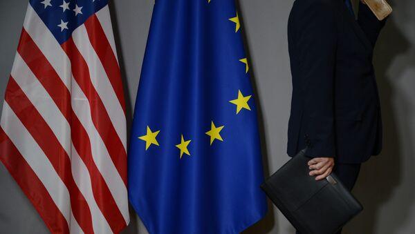 Заставе Сједињених Америчких Држава и Европске уније у Бриселу - Sputnik Србија