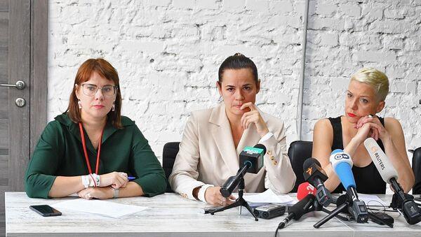 Белоруски председнички кандидат Светлана Тихановска (средина) на конференцији за медије у Минску - Sputnik Србија