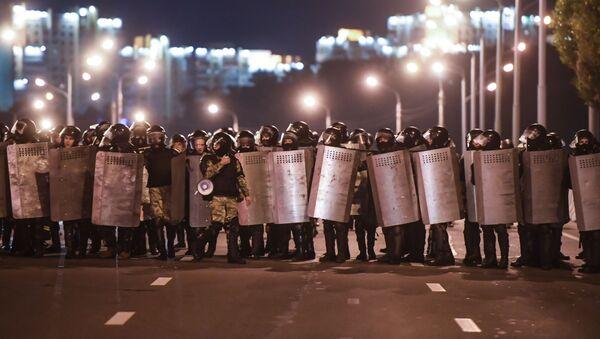 Припадници интервентне полиције на протесту у Минску - Sputnik Србија
