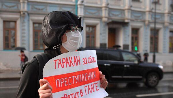 Demonstranti ističu transparente u znak podrške uhapšenim novinarima - Sputnik Srbija
