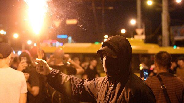Демонстрант са бакљом на протестима у Минску - Sputnik Србија