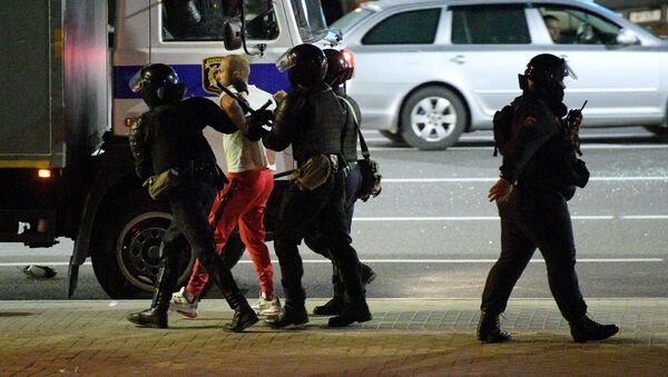 Pripadnici policije privode učesnike demontracija u Minsku - Sputnik Srbija