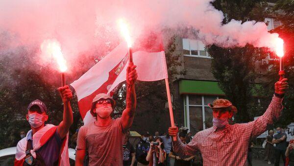 Demonstranti sa bakljama na protestu u Belorusiji - Sputnik Srbija