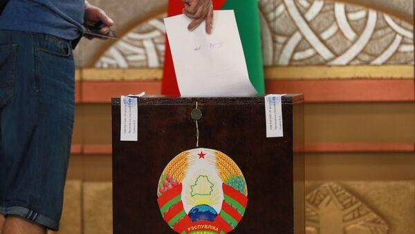 Glasač ubacuje listić u glasačku kutiju na predsedničkim izborima u Belorusiji - Sputnik Srbija