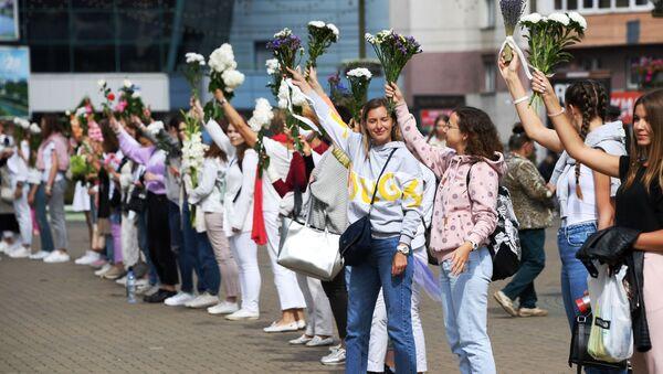 Протест жена са цвећем у рукама у Минску - Sputnik Србија