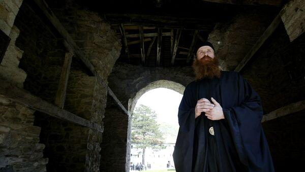 Monah u manastiru Visoki Dečani - Sputnik Srbija