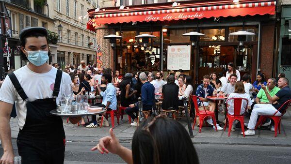 Ljudi jedu i piju u restoranu u Parizu - Sputnik Srbija