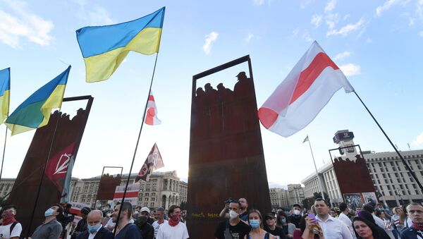 zastava Ukrajine i zastava beloruskih demonstranata - Sputnik Srbija