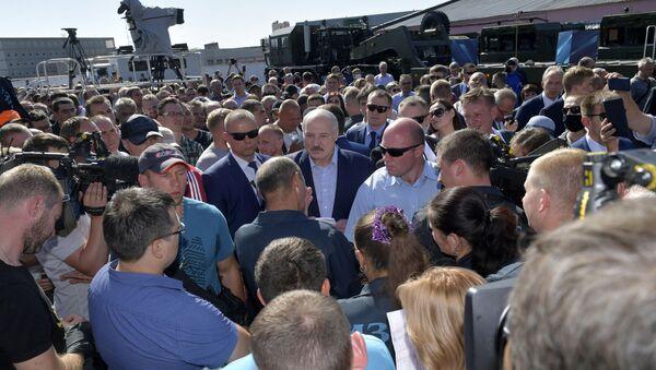 Predsednik Belorusije Aleksandar Lukašenko sa radnicima Minske fabrike traktora - Sputnik Srbija