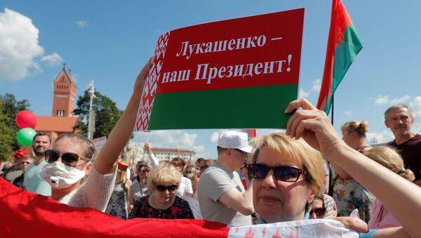 Присталице белоруског председника Александра Лукашенка носе заставе Белорусије - Sputnik Србија