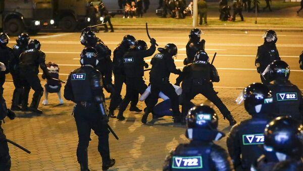 Pripadnici beloruske policije tokom sukoba sa demonstrantima - Sputnik Srbija