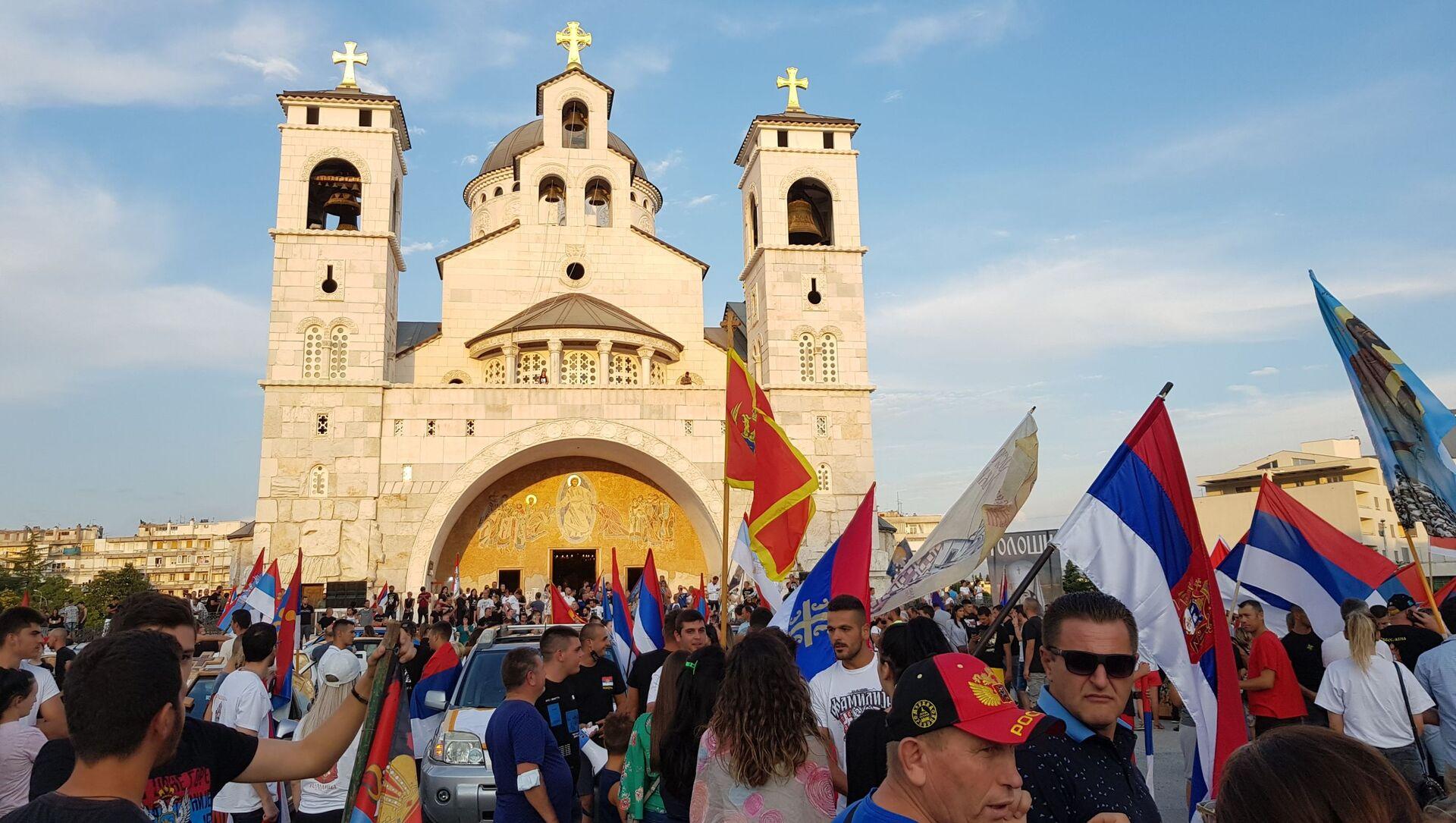 Окупљање испред храма Христовог васкрсења уочи молебана за одбрану светиња - Sputnik Србија, 1920, 11.06.2021