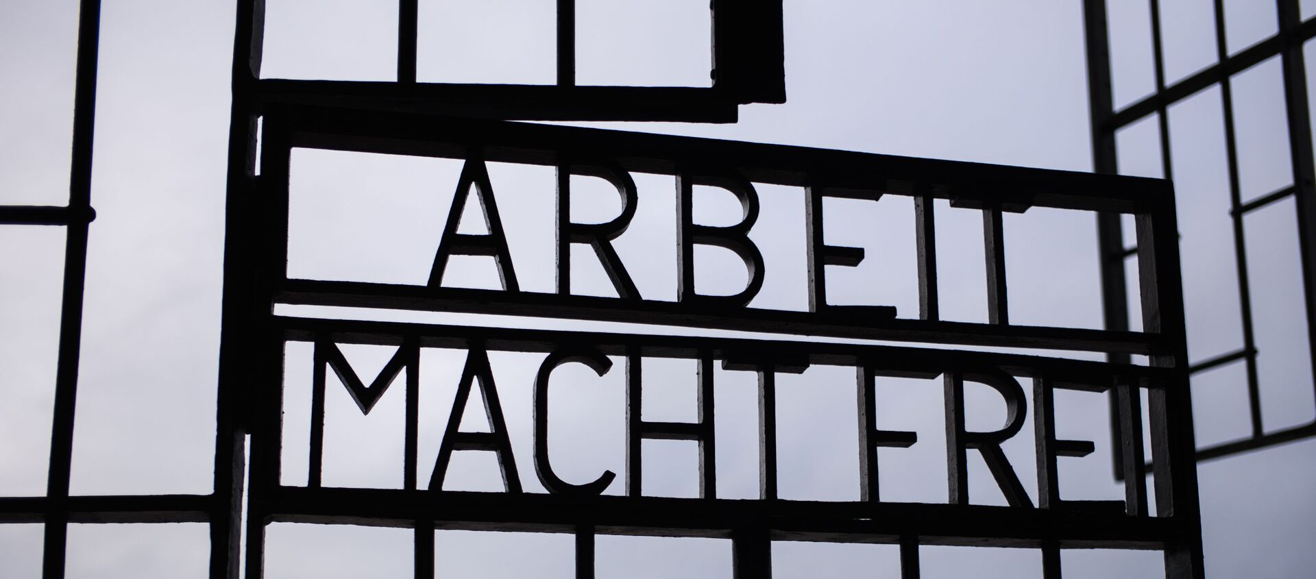 Капија нацистичког логора смрти Сашенхаузен са написом Рад ослобађа на улазу. - Sputnik Србија, 1920, 16.02.2021